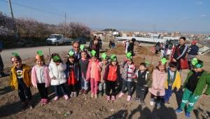 Başkan Mustafa Çöl Öğrencilerle Ağaç Dikti
