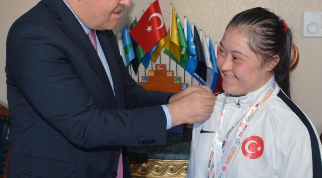 Milli Sporcu Münevvere Yılmaz Vali Tutulmaz'ı Makamında Ziyaret Etti