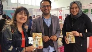 Afyonlu Yazarlar, Fuarda Kitaplarını İmzalıyor