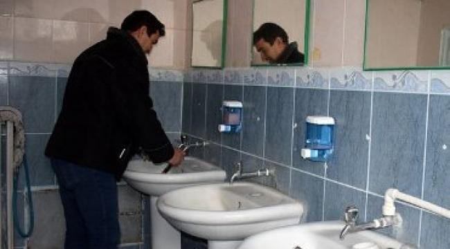 İscehisar'da okulların musluklarına bakım yapıldı