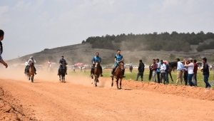 Dazkırı'da düzenlenen rahvan at yarışları büyük ilgi gördü