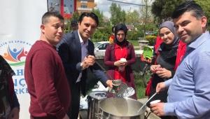 Gönüllü gençler Namaz Çıkışı buğday çorbası ikramında bulundular