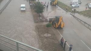 Son Dakika.....Afyonkarahisar Antalya yolu sel nedeniyle trafiğe kapandı