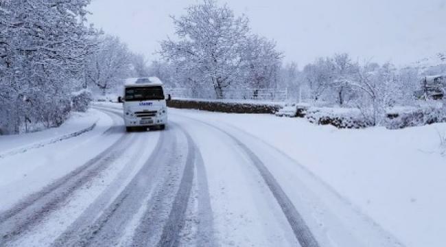 Afyonkarahisar'da gece başlayan kar yağışı şehri beyaza bürüdü