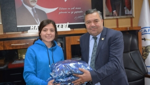 Başkan Çelebi, kadın futbol takımı oyuncusunu ödüllendirdi