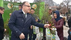 Kampanya kapsamında Afyonkarahisar genelinde 3 bin 500 fidan dağıtıldı