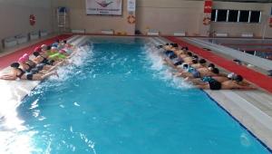 Yarıyıl tatilinde öğrenciler yüzme öğreniyor