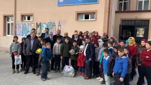 Çoban köy okullarını gezdi