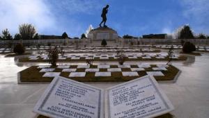 Şehitlikteki Başkomutan Mustafa Kemal Anıtı şiddetli rüzgardan yere düştü