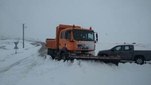 Afyonkarahisar'da yoğun kar yağışından kapanan yollar açıldı