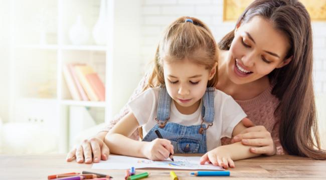 Anne ve babası çalışan çocukların bakıcıya götürülmesi yasak kapsamında değerlendirmeyecek