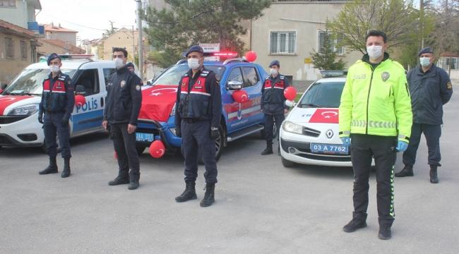 Bolvadin'de Jandarma ve polis araçları 23 Nisan için süslendi