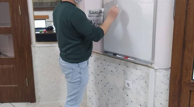 Gazeteci Hayati Kanat öğrencilerine derslerini online olarak verdi