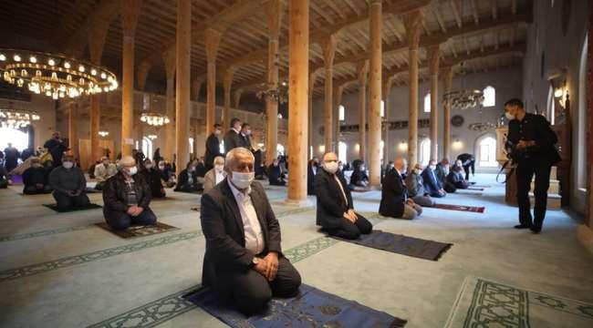 Afyonkarahisar'da 565 yıllık tarihi camide ilk namaz kılındı