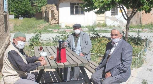 Afyonkarahisar'da 65 yaş ve üstü vatandaşlar, bayramın ilk günü sokağa çıkmanın tadını çıkardı