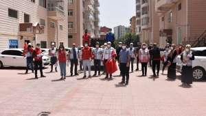 Afyonkarahisar'da evlerinden çıkmayan vatandaşlara rozet ve bayrak dağıtıldı