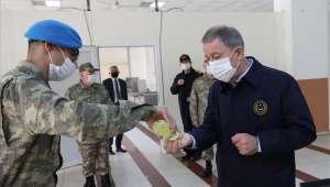 Bakan Akar ve Komutanlar Hudut Hattındaki Mehmetçiklerimizle Bayramlaştı