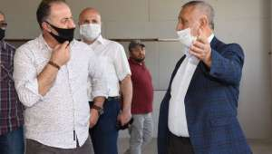Başkan Zeybek tadilatı devam eden Tekstil fabrikası binasında incelemelerde bulundu
