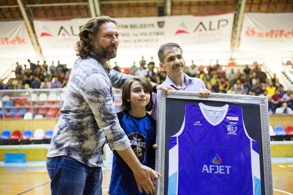 Afyon Belediyesi Basket Fenomeni baba oğula forma hediye edildi