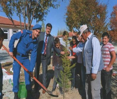 Çay protokolü Yeşilyurt köyünde ağaç dikti