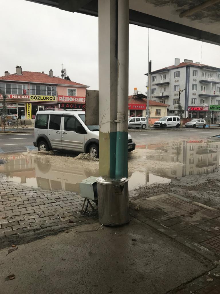 Dün vidanjörle boşaltılan Bolvadin devlet hastanesi girişi gene göle döndü